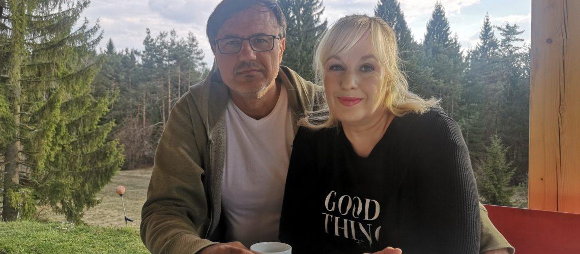 Alenka in Kamenko pijeva kavo